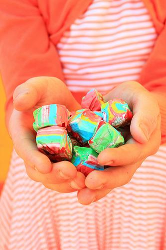 Manos infantiles mostrando cubos de colores